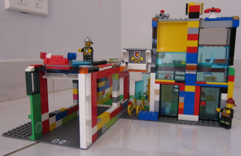 7208 Firestation rebuilt missing a few pieces